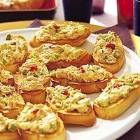 Pikante makreelmousse op toastjes van stokbrood