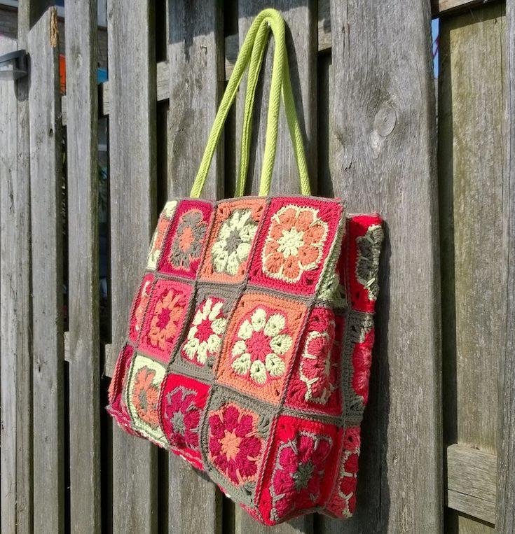 Jelline: jute tas met Afrikaanse bloemen omgehaakt