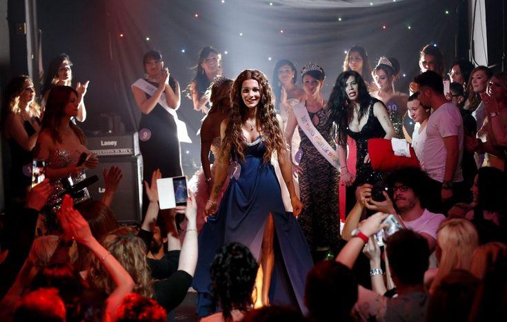Paillettes e coraggio, sono i due ingredienti chiave del concorso di bellezza per tansessuali. E' il primo passo della Turchia dove, nonostante l'omosessualità sia legale, gay e trans vengono discriminati quotidianamente. Una notte colorata e animata dalle performance brillanti, tra lacca e l