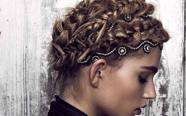 Haarbänder von Tassell - ab sofort im Salon bei enjoyhairstyling aalen verfügbar   Jedes Haarband ist ein exklusives Stück Kunsthandwerk. Glasperlen und Strassketten werden mit Hilfe einer traditionellen Sticktechnik zu aussagekräftigen Mustern verbunden. Getragen werden diese auf Bändern aus echtem Leder mit verstellbarem Riemen. Ein neues Muss für selbstbewusste Mädchen und Frauen, die sich in Kunst, Kultur und Fashion zu Hause fühlen  Verfügbar bei enjoyhairstyling aalen  Selma Tarhan