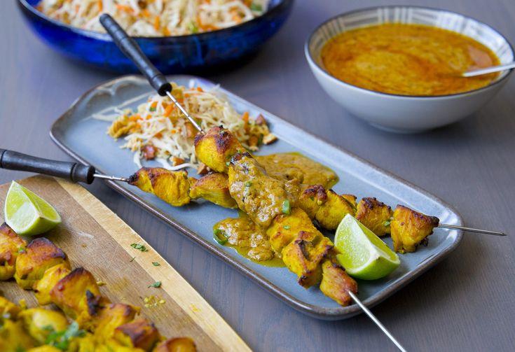 yckling satay med jordnötssås är en Thailändsk rätt som mångas favorit. Fantastiskt gott att äta de kryddiga små kycklingbitar tillsammans med jordnötssåsen. Detta är min version av Kyckling satay, MUMS!