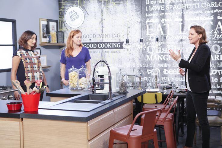 Cendrine Dominguez & Sophie Ferjani entourent Soraya dans sa cuisine à l'esprit industriel. #kitchen #tevadeco #grey #red #cuisine #accessories #teva #bar