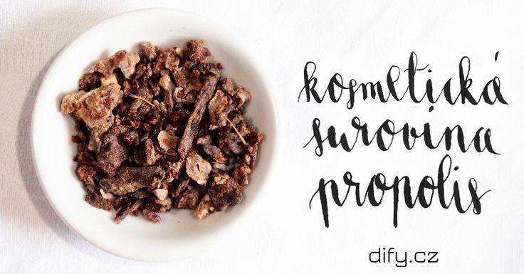 Propolis je jedním z včelích produktů, které mají úžasně široké využití. Většinou ho všichni znají z lékárny, kde se prodává ve formě tinktury a používá se třeba ke kloktání. Propolis ale taky využijeme výborně při přípravě kosmetiky a dalších přípravků.…Čtěte dále ›