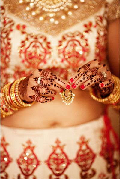 I like the repetition and simplicity of this mehndi. Beautiful.
