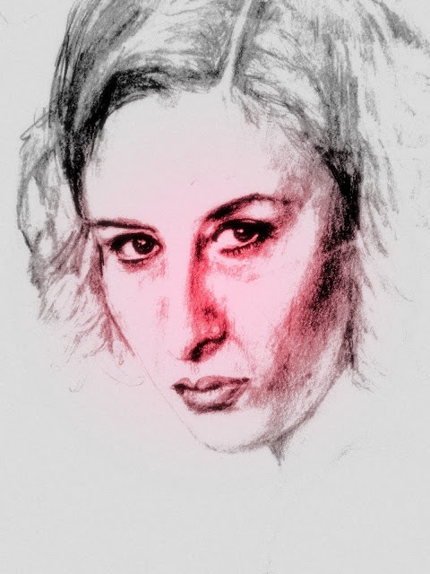 """""""Una donna estroversa"""".    La donna allo specchio si osservava i piccoli difetti del viso. Avrebbe dovuto uscire di casa tra non molto, ma siccome si doveva incontrare con alcune persone tra cui un uomo che lei reputava bello, tutto questo la metteva in forte disagio. I loro rapporti erano soltanto di lavoro, non sussistevano dubbi su questo, però ciò non significava affatto che lei dovesse sfigurare al suo fianco.... (di Bruno Magnolfi - illustrazione di Giulia Tesoro)."""