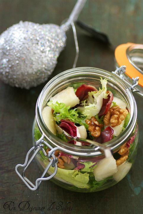 Salade mélangée, poire, magret fumé croustillants et noix (pour 4 personnes)