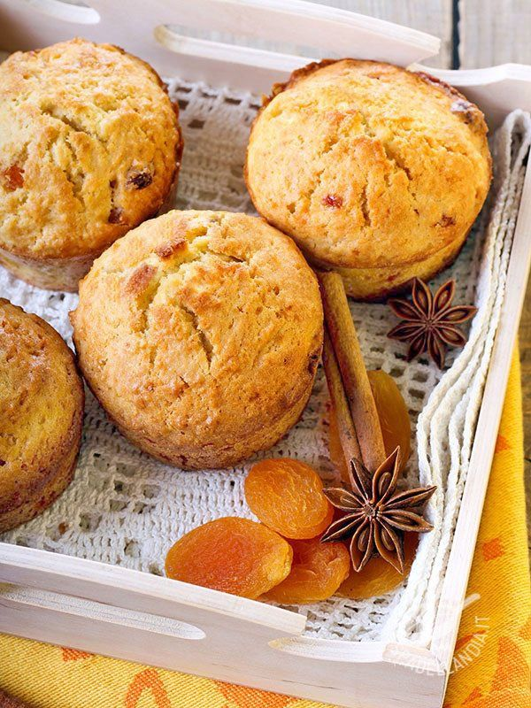 Muffin di albicocche secche Di muffins ce ne sono a bizzeffe ma Spadellandia vi propone i Muffins di albicocche secche, frutti che fanno benissimo all'organismo e allo stomaco! #muffin #muffindialbicocche #muffinalbicocche