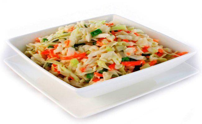 Bij een salade denk je meteen aan verschillende sla soorten. Bijvoorbeeld ijsberg sla, rucola, veldsla maar met kool kan je ook een frisse salade maken. Heerlijk als voorafjes of lekker combineren met je warme maaltijd. Koolslalade wordt heel vaak geserveerd bij een barbecue. Onderstaande koolsalade is voor circa 10 personen. Ingrediënten: - 10 eetlepels mayonaise - 1 theelepel suiker - snufje zout - snufje peper - enkele druppels azijn of citroensap - 1 witte kool - 1 groene paprika - 4…