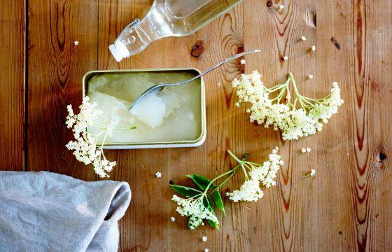 Faça a sua própria bebida revigorante com limões ou flor de sabugueiro, de seguida, congele para que dure todo o verão.