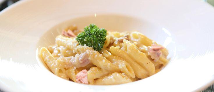 Kook de pasta volgens de aanwijzingen op de verpakking. Splits de eieren en rasp de Parmezaanse kaas. Verhit de olijfolie in een ...