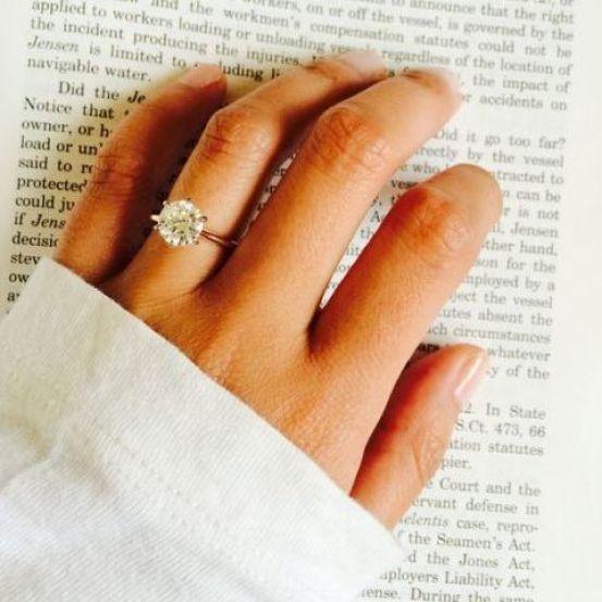Een verlovingsring kiezen, dat doen we meestal niet zelf. Misschien maar goed ook, want er bestaan zulke mooie ringen dat we maar moeilijk zouden kunnen kiezen. Wil je je lief toch een beetje in de goede richting duwen? Schuif hem dan dit artikel onder de neus. Zo krijg je gegarandeerd een prachtexemplaar rond je vinger.
