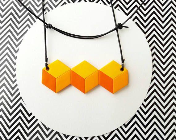 Guarda questo articolo nel mio negozio Etsy https://www.etsy.com/it/listing/515571762/collana-geometrica-cubi-illusione-ottica