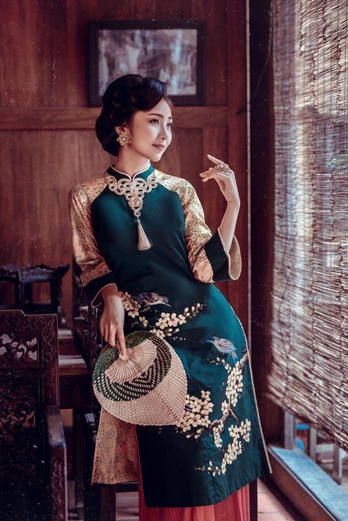Bản sao Nguyễn Thị Huyền diện áo dài cách tân đa sắc
