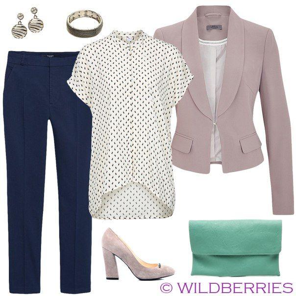 Синие брюки, белая длинная рубашка, бежевый пиджак, зеленая сумка, бежевые туфли