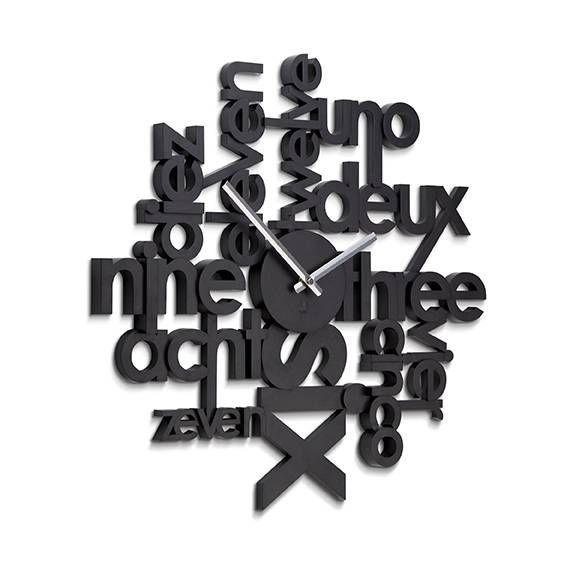 Nietuzinkowa forma zegara ściennego Lingua sprawia, że przyciąga on uwagę. Zegar wykonany został z tworzywa sztucznego w kolorze czarnym i na swoim cyferblacie posiada wielojęzyczne nazwy godzin. Ciekawa alternatywa dla zegarów ze standardowymi cyframi na tarczy.