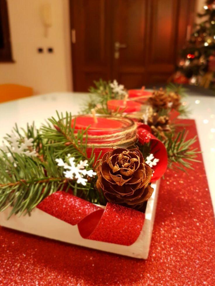 Centrotavola in legno dipinto decorato con rametti di abete e pigne, barattolini riciclati, candele profumate e fiocchi di neve !