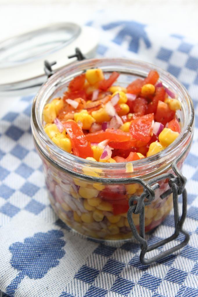 Pittige mais salsa met tomaat en rode ui - van Lekker en Simpel  150 gram mais; 1 tomaat; 1 kleine rode ui; snufje chilipoeder; scheutje olijfolie; snufje zwarte peper