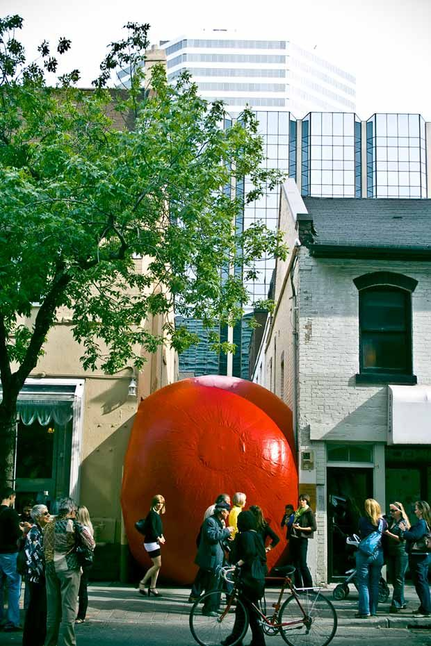 Le Projet RedBall De Kurt Perschke, Ici à Toronto, Su0027attache à Montrer
