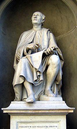 Brunelleschi kijkend naar zijn koepel, standbeeld tegenover de Duomo