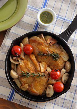鶏もも肉をにんにく・ローズマリー・オリーブオイルでマリネし、きのことともに鉄スキレットでジューシーに焼き上げます。お好みでハーブソースをかけていただきます。