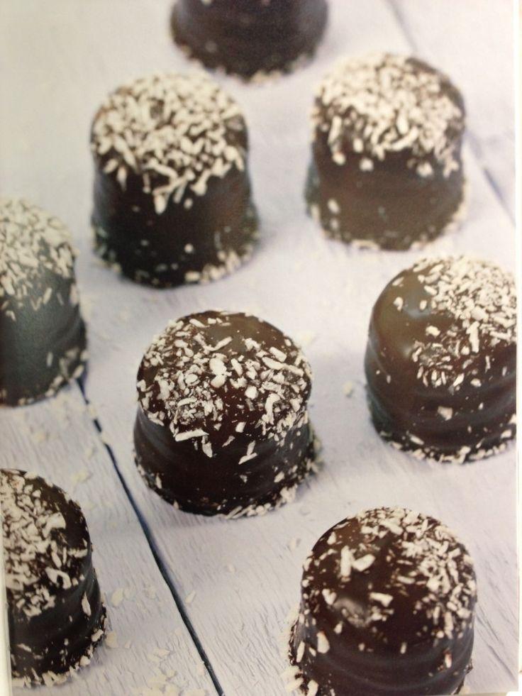 Ja, det stemmer.Dette ersunne kokosboller som både ersukkerfrie og proteinrike –og veldig, veldiggode! Oppskriften er hentetfrabestselgeren Sunn og sterk med protein, som inneholder over 60 oppskrifter på proteinrike middager, desserter og...