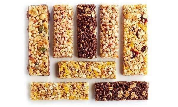 Ingrediente: 125gr unt, 75 grzahăr brun , 50ml demiere, 300gr de cereale musli asortate, 150g fructe deshidratate, o lingurită de seminte de dovleac, o lingurită de seimnte decojite de floarea soarelui fără sare. Modalitate de preparare: Intr-o cratită se pune la topit untul, mierea si zahărul, la foc mic si se lasă să fiarbă incet circa 2-3 minute. Separat, se amestecă musli cu semintele si fructele confiate tăiate mărunt (se pot adăuga si bucătele de ciocolată) si se toarnă peste miere…