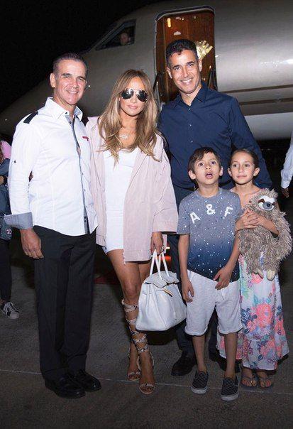 Дженнифер Лопес с детьми в аэропорту Санто-Доминго