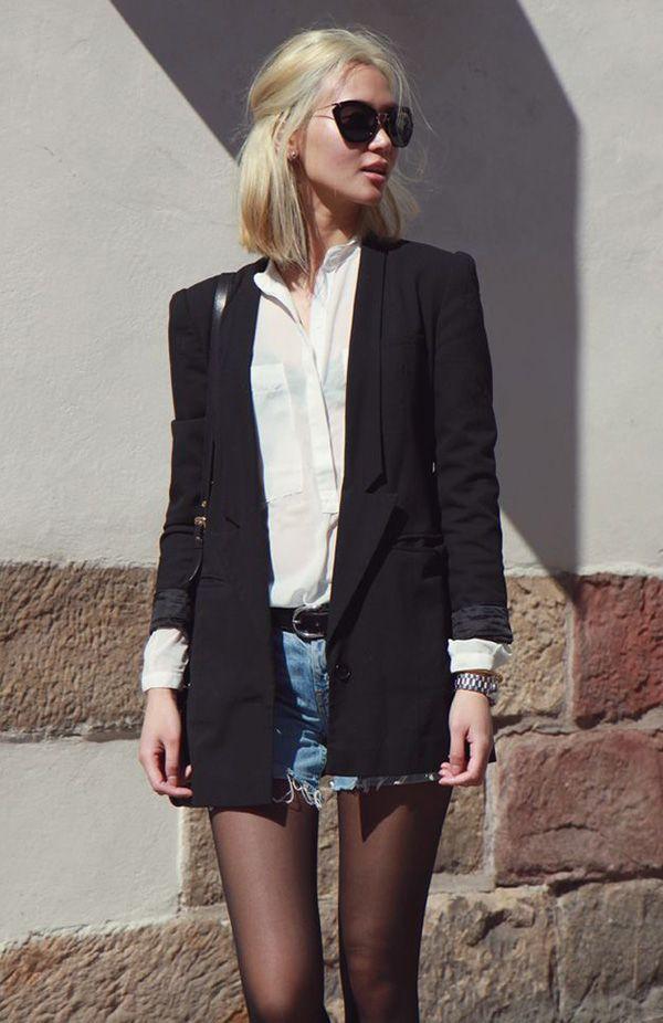 Street style look camisa branca, blazer preto, shorts jeans e meia calça.