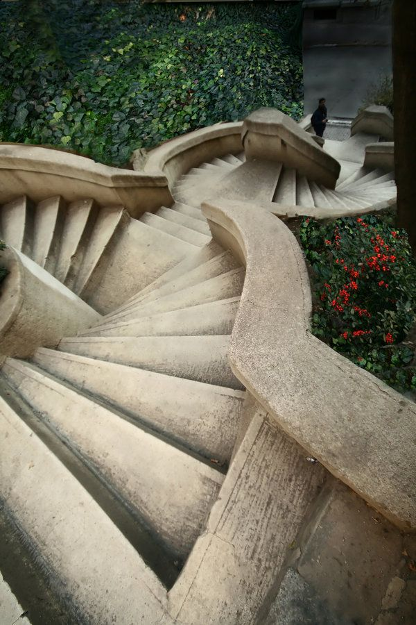 Donated by Abraham Kamondo, a Jewish banker, the baroque-styled Kamondo Stairs are located in the neighborhood of Karaköy in Istanbul, Turkey.