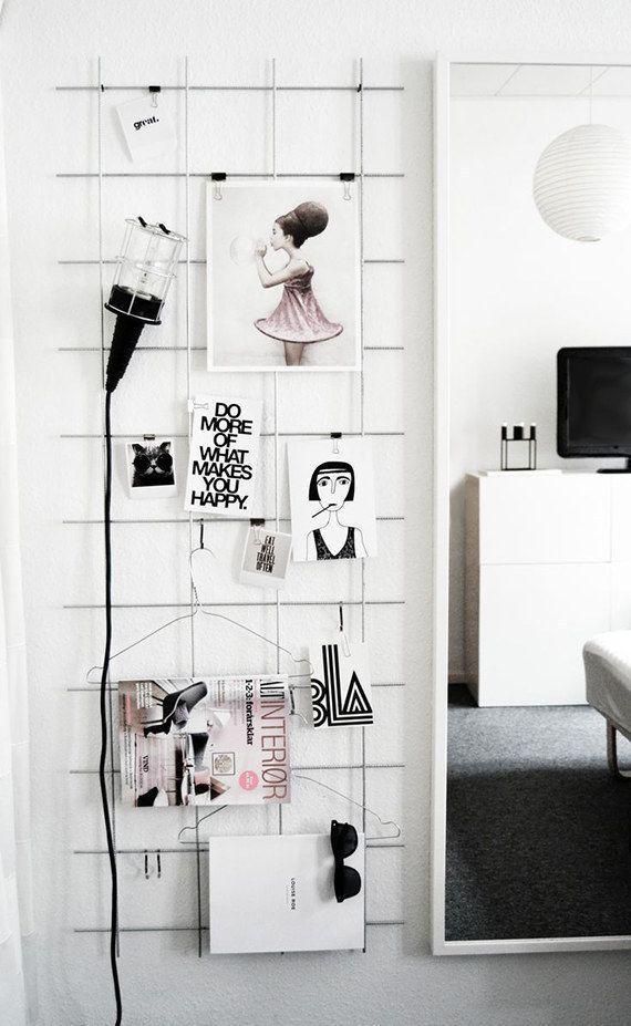 Y si vas a exhibir papeles impresos, usa cerca de alambre soldada o tela metálica con ganchos aprieta papel. | 21 maneras económicas de convertir tu casa en un paraíso minimalista