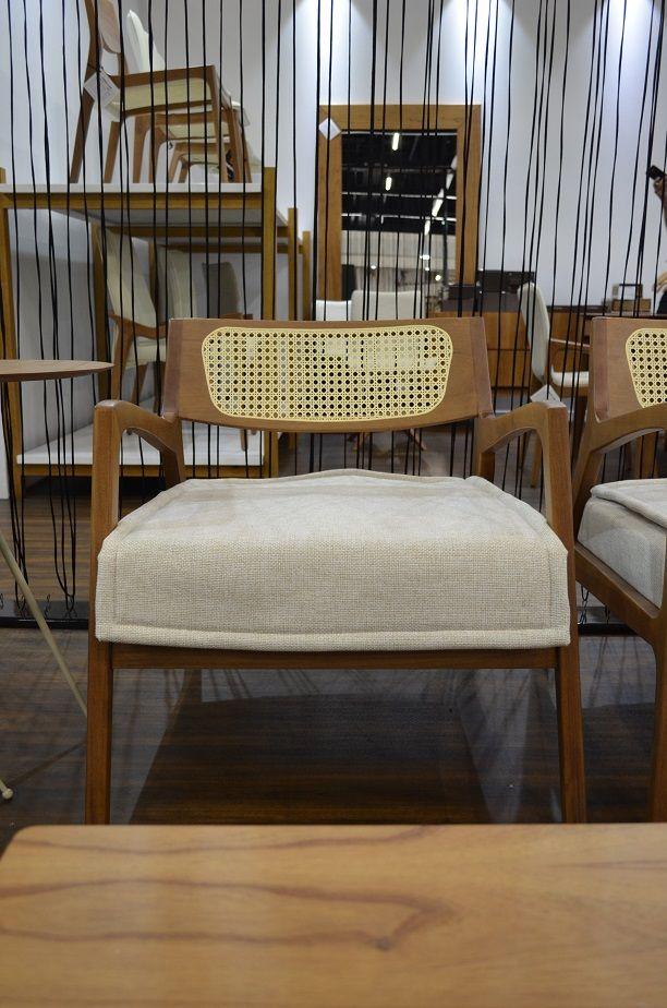 A palhinha no encosto comversa com o tecido cru na cadeira torneada em madeira, da Destack.