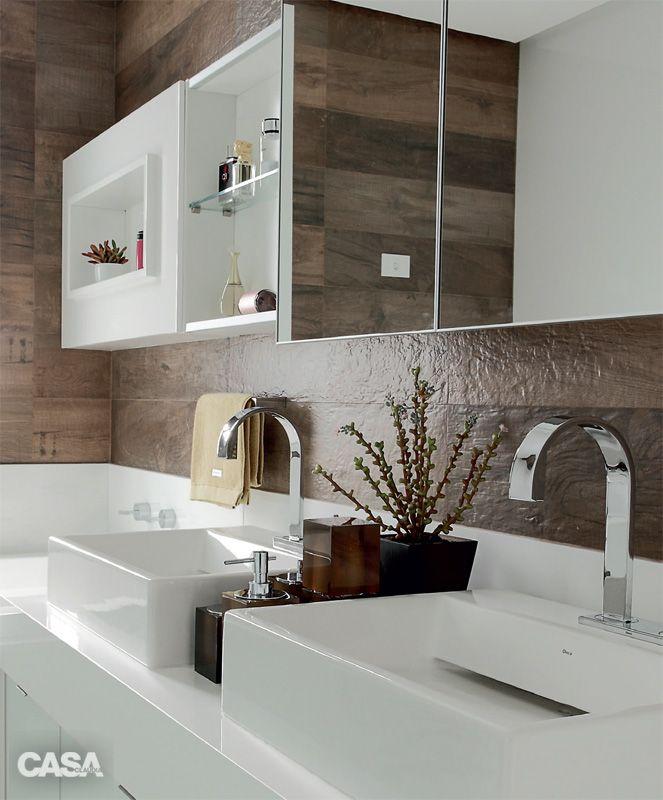 A área sobre a bancada do banheiro recebeu porcelanato Legno Extint, da Ceusa (Banho e Metal).