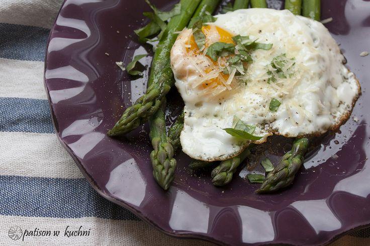 Patison w kuchni: Szparagi pod pierzynką z jajka sadzonego.