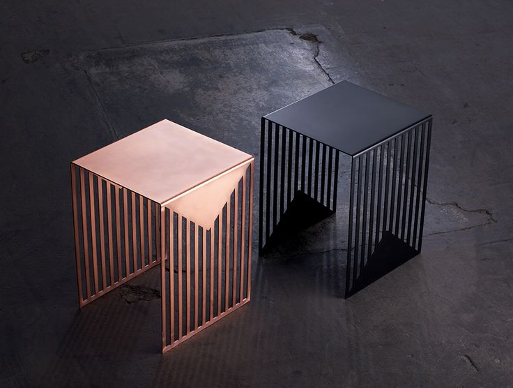 La table plaquée cuivre, graphique et géométrique au possible / A graphic and geometric table with copper plated finishes | By Olga Bielawska #cuivre #copper #design #table
