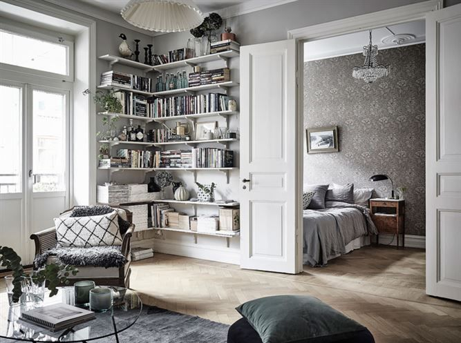 Vardagsrum in mot sovrummet med vackra dubbeldörrar.
