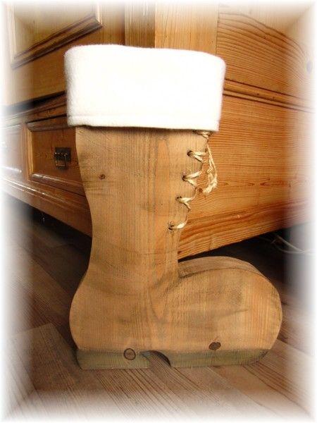 Ein Nikolausstiefel für die Adventszeit . Der Stiefel ist aus 5cm dicken Bauholz gesägt,was ihm einen sicheren Stand gibt . oben am Rand ist ein dicker doppelt genähter Filzrand ,den man abnehmen...