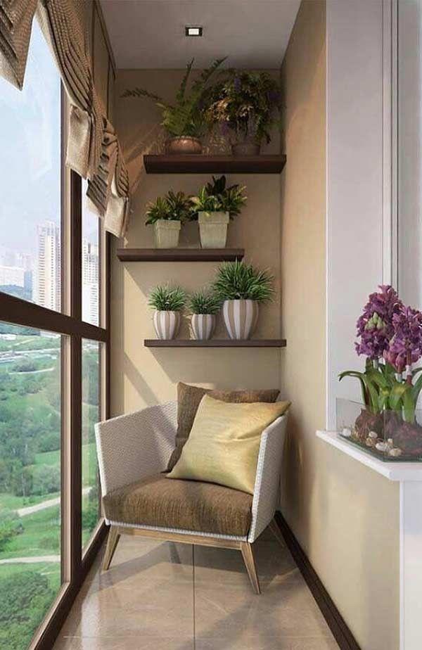 Uma bela decoração de estante com plantas e uma poltrona confortável.