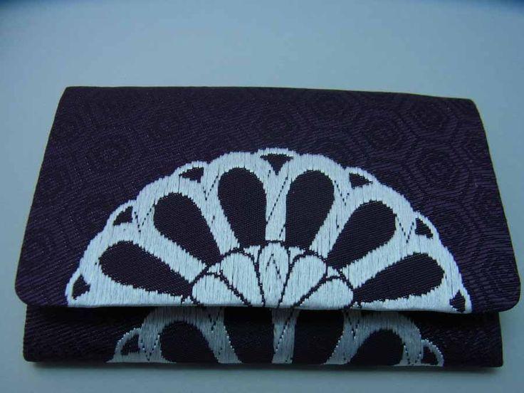 平七:有職浮織名刺入れ 古代紫色亀甲霰地文に白色菊襲文様