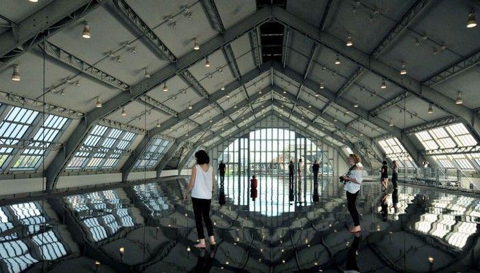 Искривление пустого пространства.Зеркальная инсталяция от Энтони Гормли.