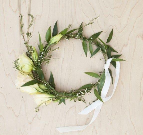 大家好又到了灵感创意分享时间。今天为大家简单介绍的是自制新娘婚礼花冠。在田园风格的婚礼上使用新娘花冠,给人清新的感觉和年轻的气息,所以越来越多得到新一代新娘的喜欢。拍摄婚纱照时也往往能为画面带来与众不同的浪漫点缀。http://www.labride.com.au/wedding-diy-bridal-floral-crown/