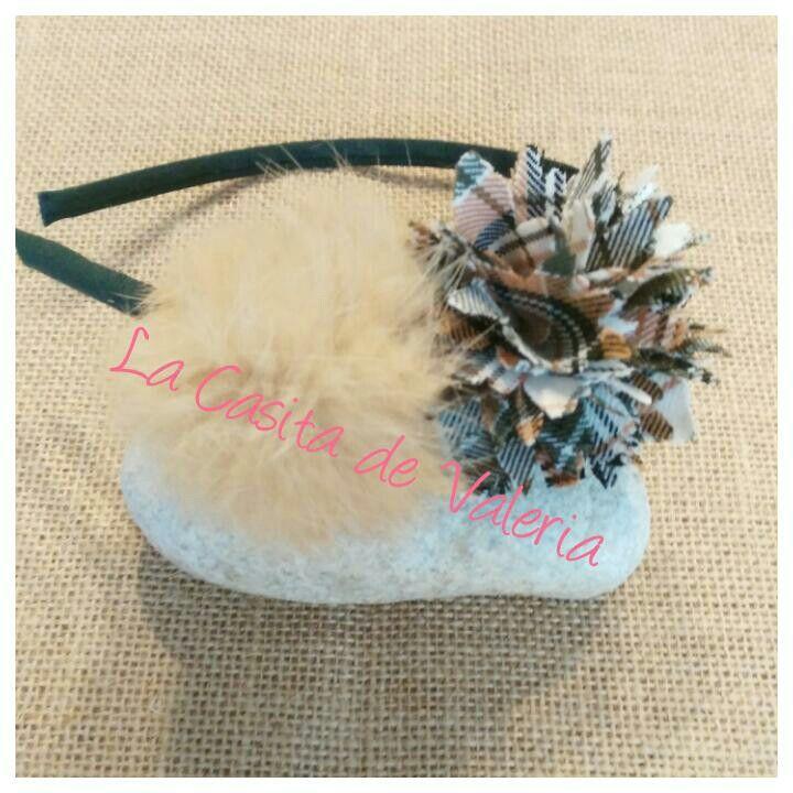 Complementos de niñas uniformes. Pompón de pelo natural.  www.lacasitadevaleria.es