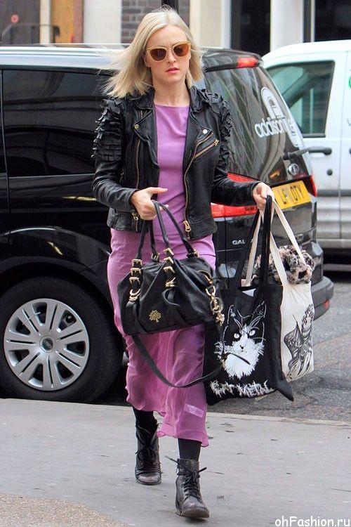 Девушка в длинном, фиолетовом платье, короткой, кожаной куртке и ботинках