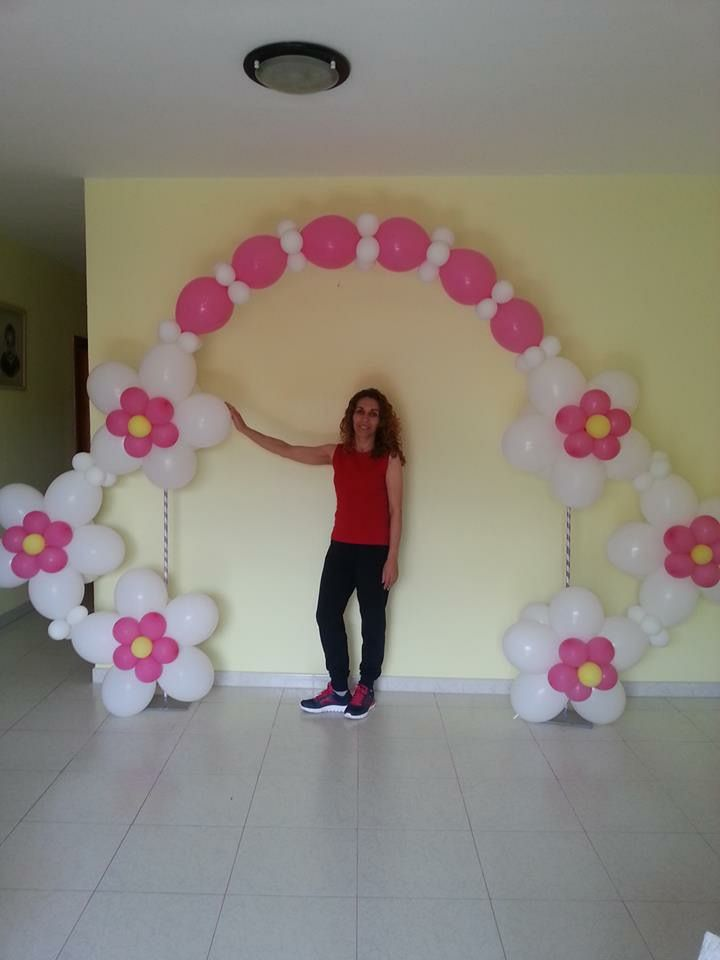 flower balloon arch... idea?  hacer un arco de flores pegadas a la pared.....