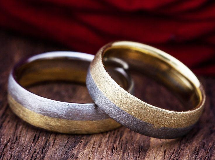 Trauringe aus eigenem Atelier. So einzigartig wie Ihre Liebe. Angefertigt in 750 Karat Gelb- und Weissgold mit 1 Brillianten im Damenring. Unikat Schmuck mit viel Liebe und von Hand gefertigt. 5.5 mm breite / 1.5 mm Dicke massiv.  Diese Ringe sind auch in Weiss-/Rose Gold verfügbar.  Auf unseren Trauringe geben wir 5 Jahre Qualitäts- und Auffrisch Garantie.   http://www.thomann-gold.ch/shop/trauringe_unikat_wg_gg/cat/partnerringe/