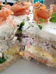 Catarina Königs (vinnare av mästerkocken) underbara smörgåstårta med varmrökt lax, ägg och skagenröra. Jag hade inte tid att göra den dagen innan vilket alltid