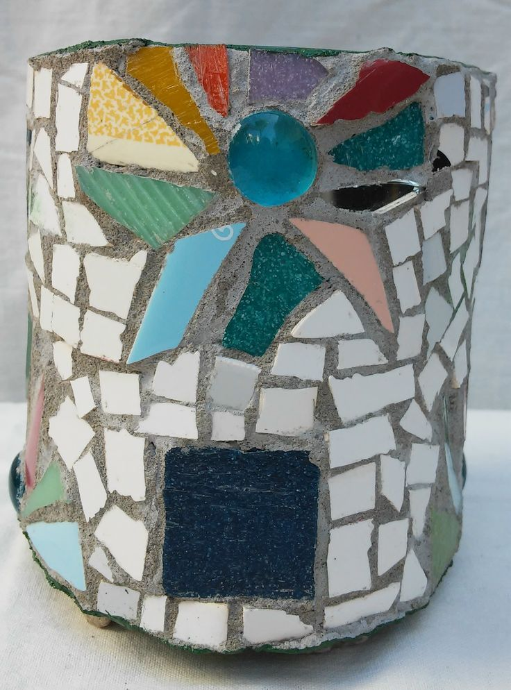 Maceta con tecnica de mosaico. Flower pot decorated with mosaic technique, by…