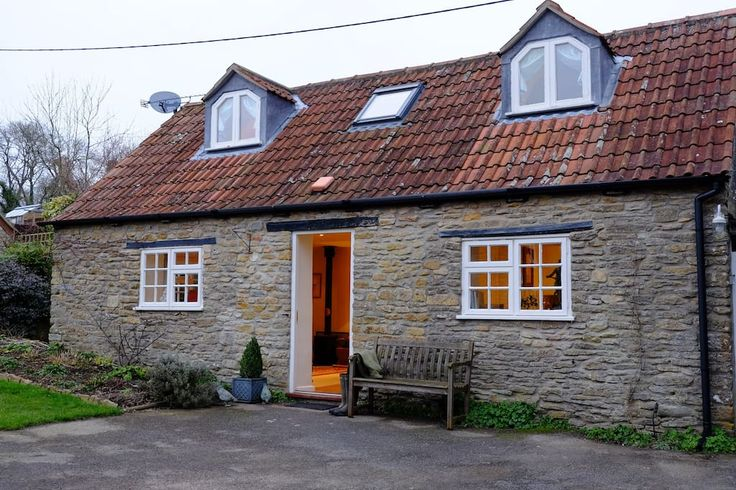 Haus in Somerset, Vereinigtes Königreich. Detached cosy cottage in quiet pretty village close to Bath, Bruton, Frome,  and within easy reach of Jurassic coast. Comfortable double bed, fully fitted kitchen, sitting room with wood-burner, modern bathroom, patio and plenty of local pubs.  Ch...