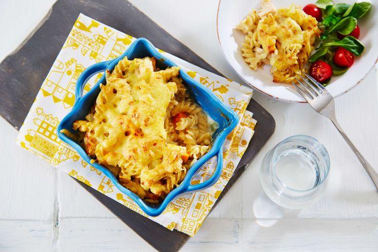 Enkel og god pastagrateng med kylling og hvit saus. Middag for hele familien.