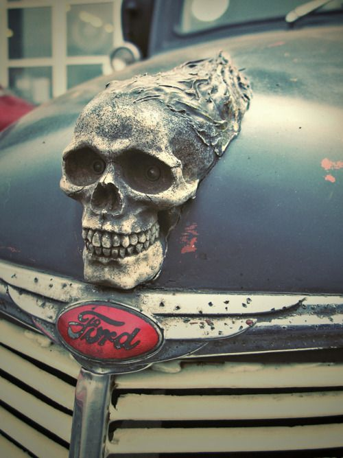 Skull hood ornament. Haha this is really rad, imagine this old car being the family Addams' one !!! LOL