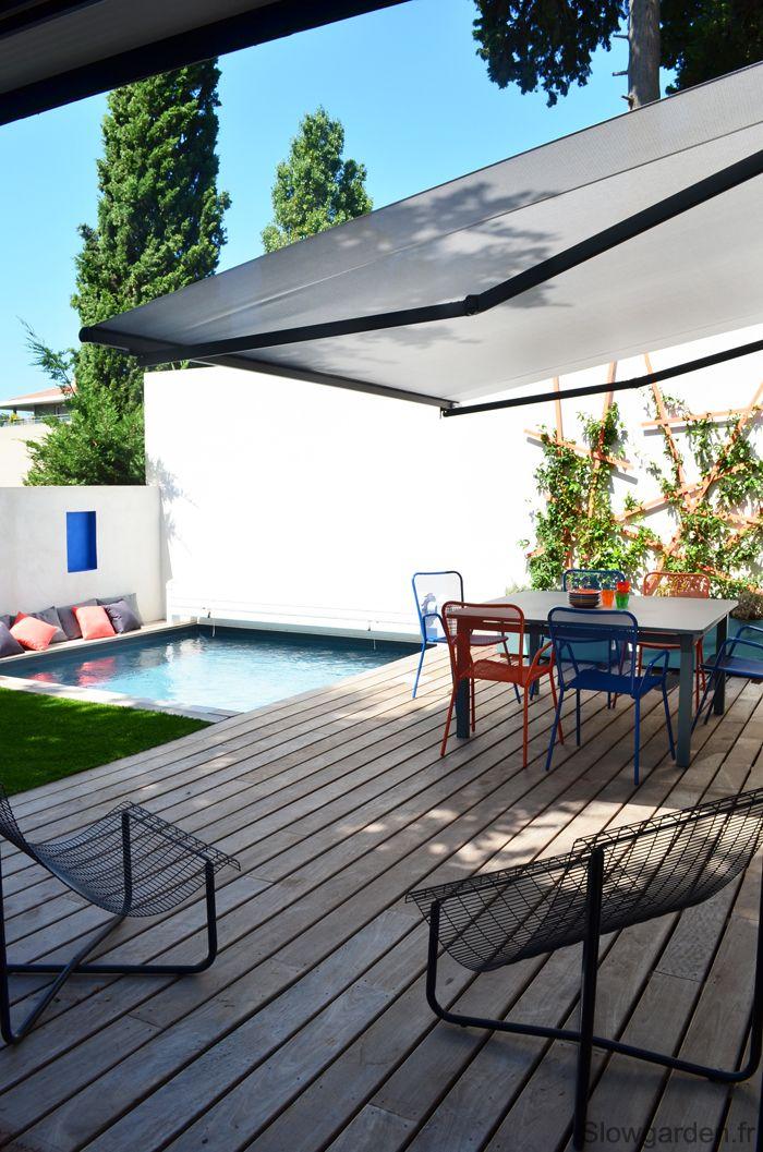 Une grande terrasse accueille du mobilier d'extérieur coloré et design.